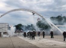 Ανελέητος πετροπόλεμος: Χημικά και ΜΑΤ σε εκδήλωση του ΣΥΡΙΖΑ (Βίντεο)