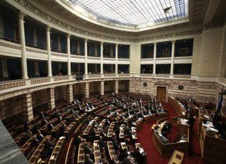 Υπερψηφίστηκε από όλα τα κόμματα πλην της ΧΑ η τροπολογία με τα αναδρομικά