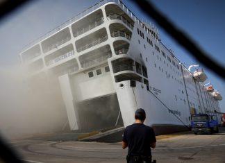 Πήρε κλίση το πλοίο: Εξακολουθεί να φλέγεται στο λιμάνι (Φωτο)