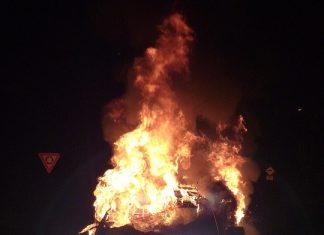 """Βίντεο-Ντοκουμέντο: Αυτοκίνητο """"καρφώθηκε"""" σε κολόνα και τυλίχθηκε στις φλόγες"""