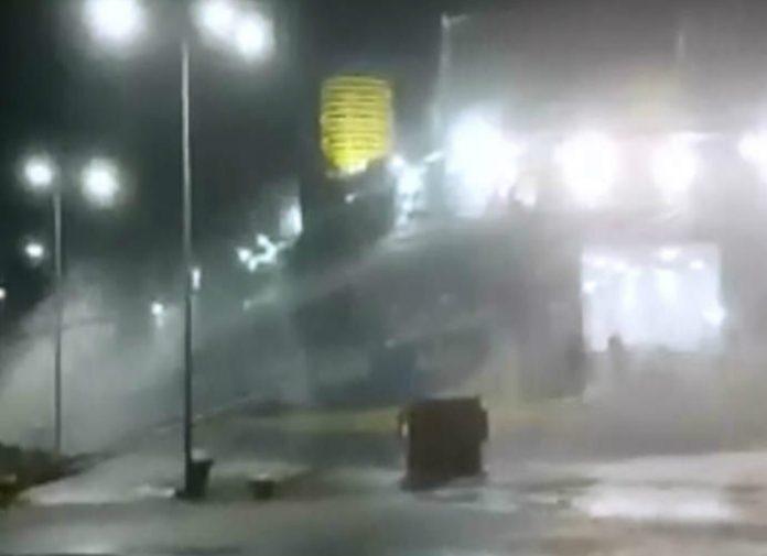 Βίντεο ντοκουμέντο: Πλοίο... αγωνίζεται να παραμείνει δεμένο στο λιμάνι της Ραφήνας