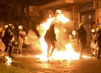 Νύχτα επεισοδίων στα Εξάρχεια - Τραυματίες, μολότοφ και βία για τα 10 χρόνια από τη δολοφονία Γρηγορόπουλου