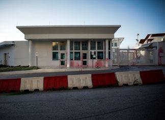 8 προσαχθέντες για την επίθεση με μπογιές στην πρεσβεία των ΗΠΑ