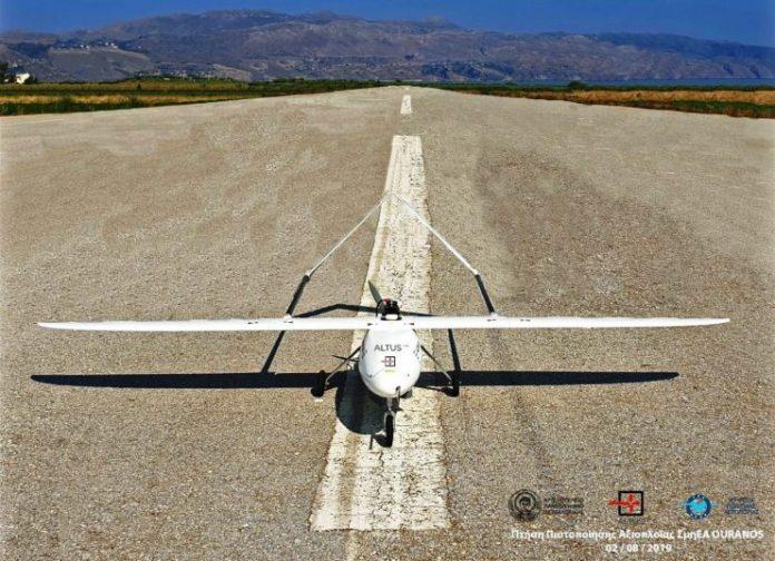 Ανοίγει ο δρόμος κατασκευής «Drones» στην Ελλάδα αφού, όπως ανακοίνωσε η Υπηρεσία Πολιτικής Αεροπορίας, ολοκληρώθηκε η πρώτη πιστοποίηση «Συστημάτων μη Επανδρωμένων Αεροσκαφών - ΣμηΕΑ» από την αρμόδια Διεύθυνση Πτητικών Προτύπων της Αρχής Πολιτικής Αεροπορίας (ΑΠΑ), σε συνεργασία με το Αριστοτέλειο Πανεπιστήμιο Θεσσαλονίκης (ΑΠΘ). Πρόκειται για το πρωτοποριακό μη επανδρωμένο σύστημα «ΟURΑΝΟS» της εταιρείας ALTUS και η εν λόγω πιστοποίηση έρχεται ως συνέχεια στον δημιουργικό κύκλο που ξεκίνησε από τo 2016, όπου δημοσιεύτηκαν οι κανονισμοί για τα ΣμηΕΑ γνωστά ως «Drones». Οι κανονισμοί καθορίζουν τις διαδικασίες σε θέματα πιστοποίησης, ασφάλειας πτήσεων, δικαιωμάτων, υποχρεώσεων, περιορισμών και δυνατοτήτων, αλλά και σε θέματα ιδιωτικότητας, προστασίας προσωπικών δεδομένων, αστικής ευθύνης και προστασίας του πολίτη, τα οποία αντιμετωπίζονται κατά αρμοδιότητα. Το πεδίο των δραστηριοτήτων των ΣμηΕΑ είναι ιδιαίτερα ευρύ: Από τη λήψη φωτογραφιών και την κινηματογράφηση για προσωπική ή επαγγελματική χρήση, έως την εκτέλεση τοπογραφικών και γεωργικών εφαρμογών, αλλά και την εποπτεία κάθε μορφής εγκαταστάσεων. Αυτή η ποικιλομορφία δημιουργεί ένα δυναμικό περιβάλλον που είναι ιδιαίτερα απαιτητικό για τις προβλέψεις και τις διατάξεις των Κανονισμών. Ο σκοπός του κανονιστικού πλαισίου είναι να αναπτυχθεί ο κλάδος των προϊόντων και υπηρεσιών των «Drones» χωρίς εμπόδια, αλλά με καθιέρωση κανόνων και χωρίς γραφειοκρατικές διαδικασίες. O διοικητής της ΥΠΑ, Κωνσταντίνος Λιντζεράκος, παραδίδοντας το 1ο Πιστοποιητικό, δήλωσε πως μετά την ολοκλήρωση της διαδικασίας του νομοθετικού έργου, πραγματοποιήθηκε η πιστοποίηση του πρώτου ελληνικής κατασκευής Συστήματος μη Επανδρωμένου Αεροσκάφους και ανοίγει ένας νέος δρόμος στον χώρο των κατασκευών ΣμηΕΑ- Drone και της ανάπτυξης του τομέα. Και πρόσθεσε: «Η συνεργασία με τoν ιδιωτικό τομέα και το ΑΠΘ ήταν εξαιρετική και πραγματικά τα αποτελέσματα είναι αξιοζήλευτα. Η υπηρεσία συνεχίζει το έργο της με συνεργασίες, παράλληλα και με τα πανεπιστήμι