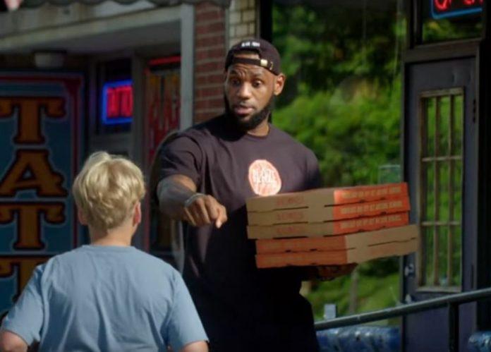 Ο ΛεΜπρον Τζέιμς παραδίδει πίτσες σε περαστικούς